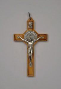 drewniany krzyż benedyktyński